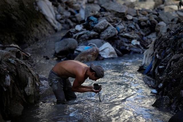 Cuộc sống cơ cực của những người chuyên đi bới rác ở Guatemala - Ảnh 4.