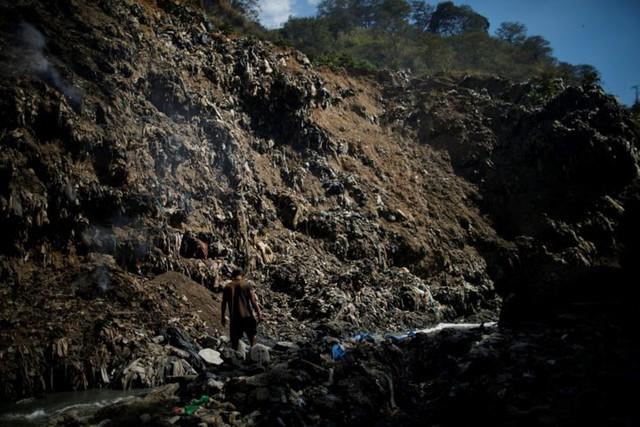Cuộc sống cơ cực của những người chuyên đi bới rác ở Guatemala - Ảnh 10.