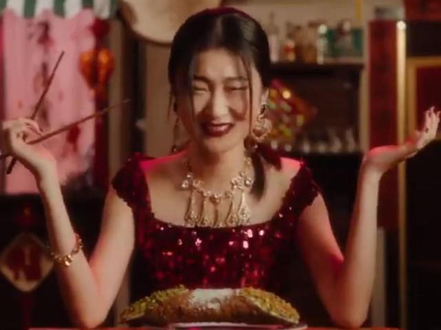 Mời hẳn 'Én nhỏ' Triệu Vy nhưng chiến dịch quảng bá Tết Nguyên đán của Burberry vẫn bị chỉ trích nặng nề ở Trung Quốc vì nhìn như poster phim kinh dị - Ảnh 2.