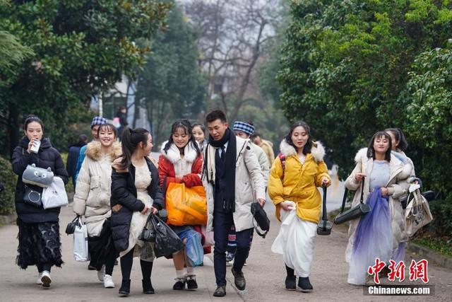 Cả một trời trai xinh gái đẹp xúng xính váy áo cổ trang dự thi vào trường nghệ thuật lớn hàng đầu ở Trung Quốc - Ảnh 1.