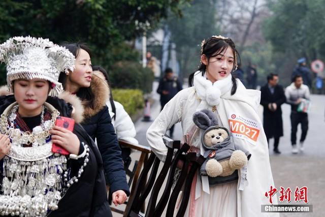 Cả một trời trai xinh gái đẹp xúng xính váy áo cổ trang dự thi vào trường nghệ thuật lớn hàng đầu ở Trung Quốc - Ảnh 2.