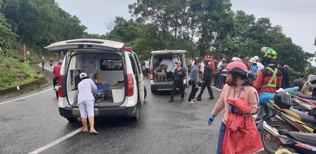 Nóng: Xe khách chở hơn 20 sinh viên và thầy cô lao xuống đèo Hải Vân - Ảnh 3.
