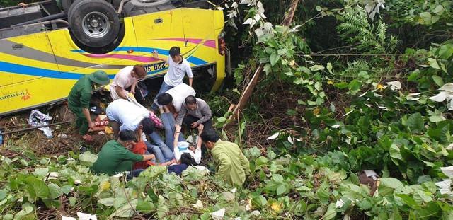 Nóng: Xe khách chở hơn 20 sinh viên và thầy cô lao xuống đèo Hải Vân - Ảnh 6.