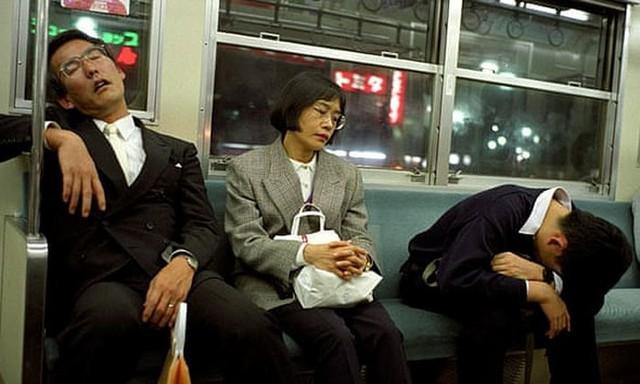 Chợp mắt trong giờ làm được thưởng tiền ở mhững doanh nghiệp Nhật Bản - Ảnh 1.