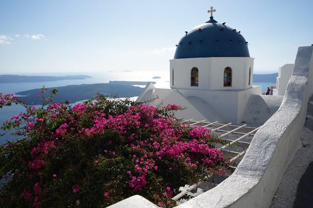 Không như tòa bê tông Panorama ở Mã Pì Lèng, quần thể nhà Santorini khoét sâu vào núi nhưng vẫn 'thuận tự nhiên' vì dùng gỗ đá có sẵn, tất cả nhờ thiên nhiên mà tồn tại! - Ảnh 4.