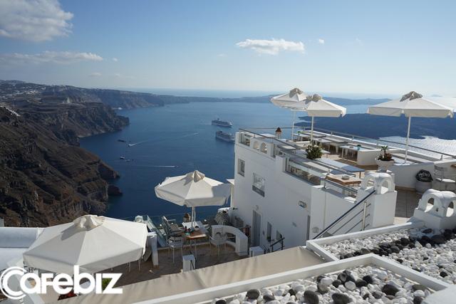 Không như tòa bê tông Panorama ở Mã Pì Lèng, quần thể nhà Santorini khoét sâu vào núi nhưng vẫn 'thuận tự nhiên' vì dùng gỗ đá có sẵn, tất cả nhờ thiên nhiên mà tồn tại! - Ảnh 3.