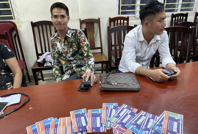Trước trận Việt Nam-Malaysia, Cảnh sát hình sự mật phục bắt quả tang một loạt cò vé - Ảnh 1.