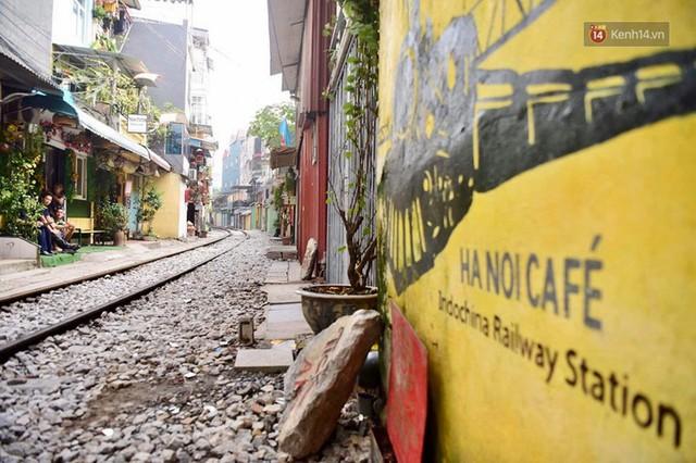Hà Nội: Phố cà phê đường tàu vắng hoe ngày chính thức bị đóng cửa - Ảnh 1.