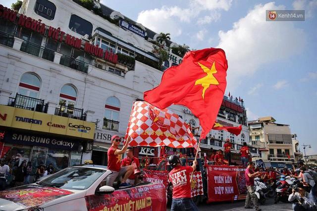 Ảnh: Nhiều giờ trước trận cầu kịch tính Việt Nam gặp Malaysia, hàng trăm cổ động viên đã nhuộm đỏ hàng loạt tuyến đường Hà Nội - Ảnh 2.