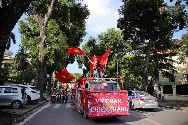 Ảnh: Nhiều giờ trước trận cầu kịch tính Việt Nam gặp Malaysia, hàng trăm cổ động viên đã nhuộm đỏ hàng loạt tuyến đường Hà Nội - Ảnh 3.