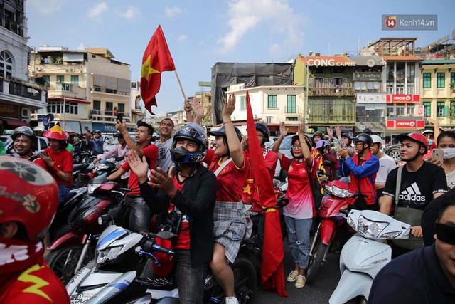 Ảnh: Nhiều giờ trước trận cầu kịch tính Việt Nam gặp Malaysia, hàng trăm cổ động viên đã nhuộm đỏ hàng loạt tuyến đường Hà Nội - Ảnh 7.