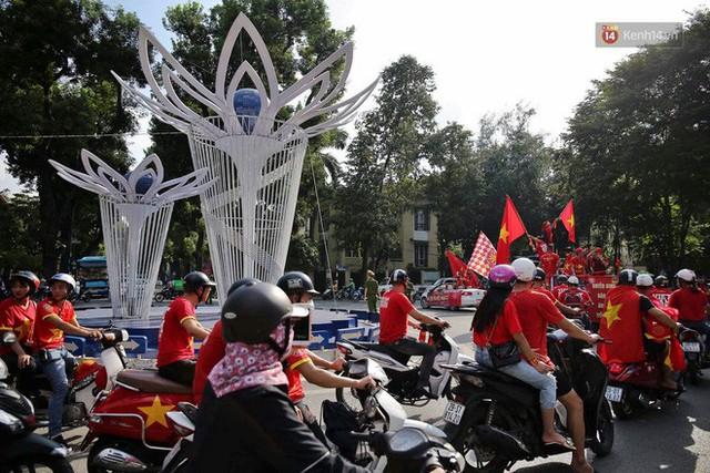 Ảnh: Nhiều giờ trước trận cầu kịch tính Việt Nam gặp Malaysia, hàng trăm cổ động viên đã nhuộm đỏ hàng loạt tuyến đường Hà Nội - Ảnh 8.