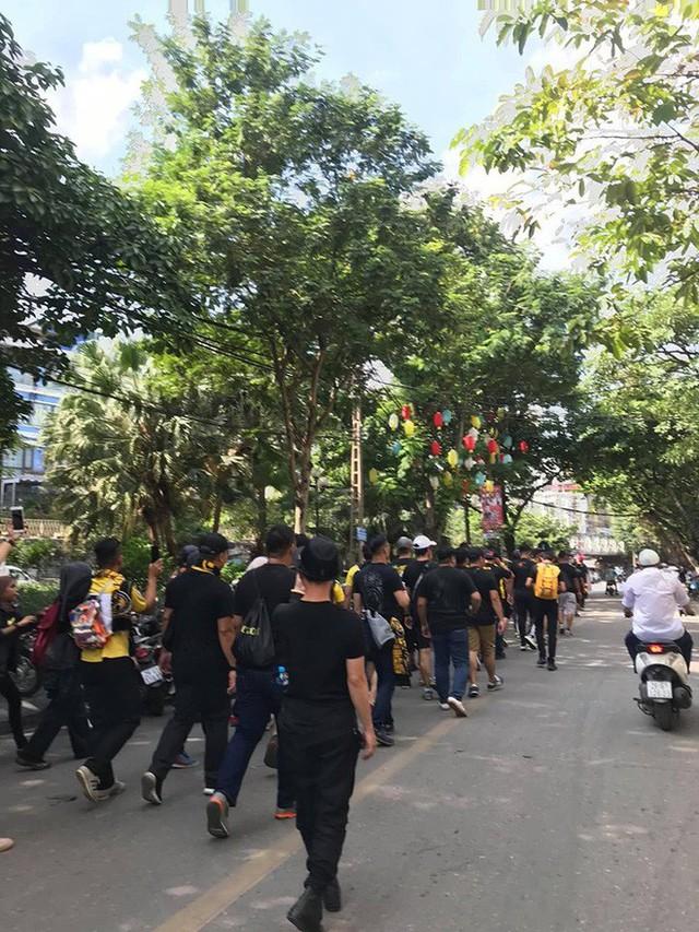 Bỏ ngoài tai lời cảnh báo, fan cuồng Malaysia check in bia hơi Hà Nội, đi lại rầm rộ trên đường phố thủ đô - Ảnh 2.