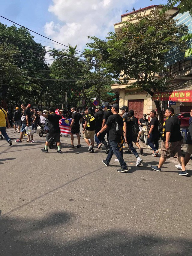 Bỏ ngoài tai lời cảnh báo, fan cuồng Malaysia check in bia hơi Hà Nội, đi lại rầm rộ trên đường phố thủ đô - Ảnh 3.