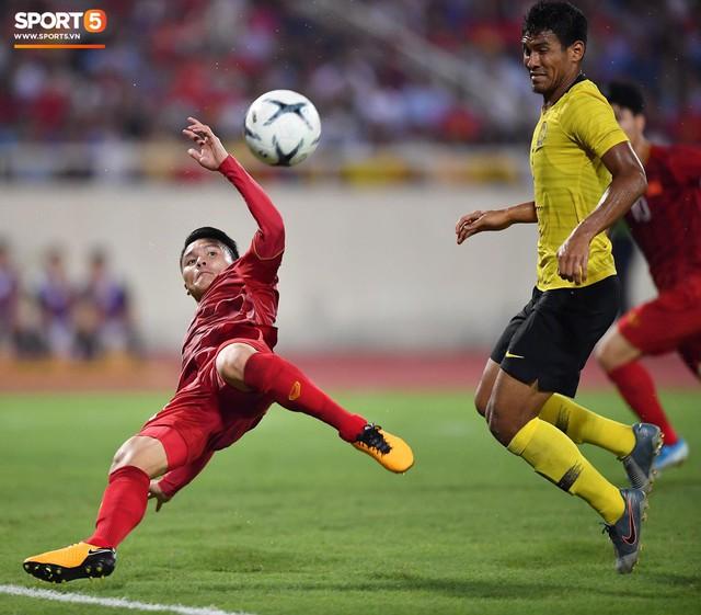 Mải mê ăn mừng siêu phẩm của Quang Hải, các cầu thủ Việt Nam bỗng quên mất kế hoạch đặc biệt dành cho Xuân Trường - Ảnh 1.