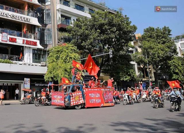 Ảnh: Nhiều giờ trước trận cầu kịch tính Việt Nam gặp Malaysia, hàng trăm cổ động viên đã nhuộm đỏ hàng loạt tuyến đường Hà Nội - Ảnh 4.