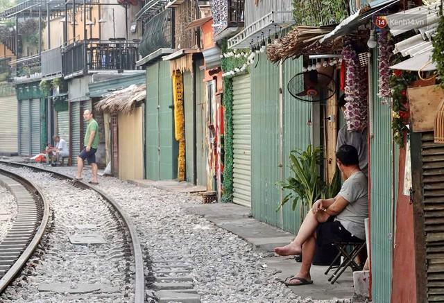 Hà Nội: Phố cà phê đường tàu vắng hoe ngày chính thức bị đóng cửa - Ảnh 5.