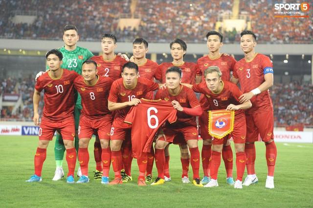 Mải mê ăn mừng siêu phẩm của Quang Hải, các cầu thủ Việt Nam bỗng quên mất kế hoạch đặc biệt dành cho Xuân Trường - Ảnh 5.