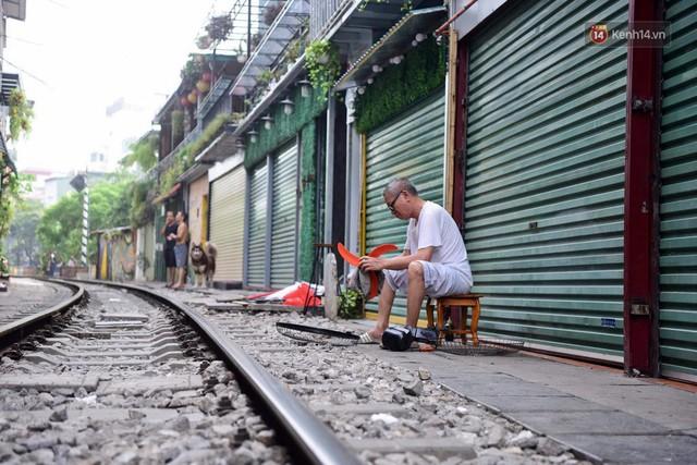 Hà Nội: Phố cà phê đường tàu vắng hoe ngày chính thức bị đóng cửa - Ảnh 8.