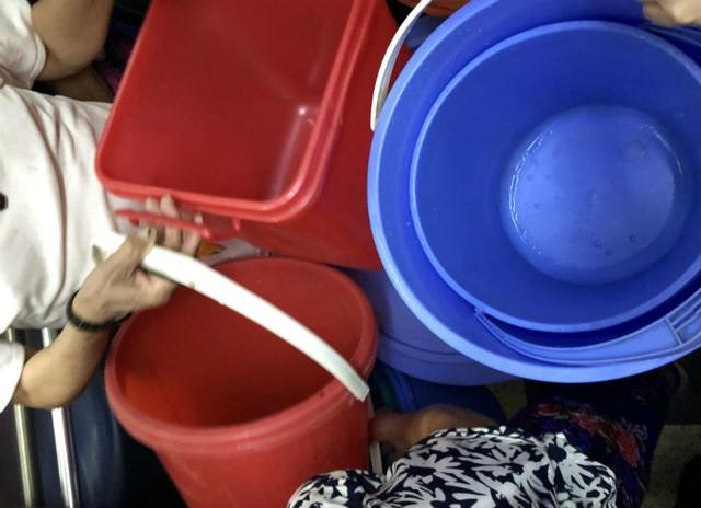 Đến giờ cơm tối, dân Hà Nội xếp hàng dài hứng nước nấu ăn - Ảnh 1.