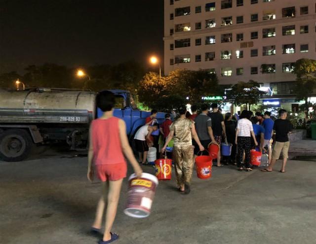 Đến giờ cơm tối, dân Hà Nội xếp hàng dài hứng nước nấu ăn - Ảnh 2.
