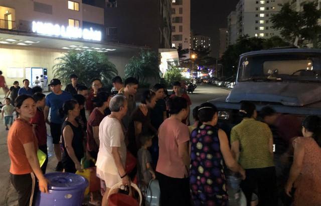 Đến giờ cơm tối, dân Hà Nội xếp hàng dài hứng nước nấu ăn - Ảnh 3.