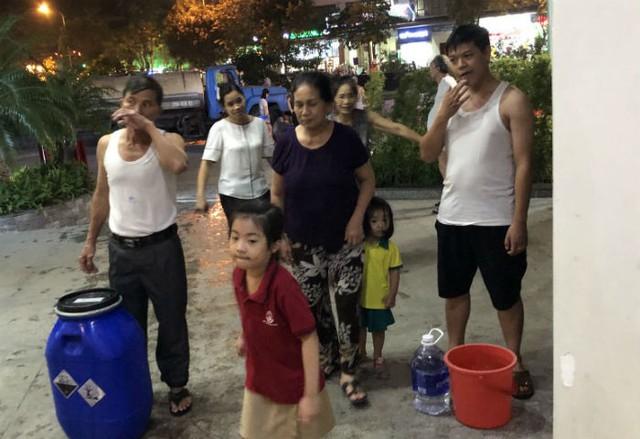 Đến giờ cơm tối, dân Hà Nội xếp hàng dài hứng nước nấu ăn - Ảnh 4.