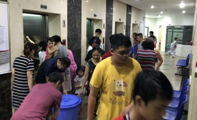 Đến giờ cơm tối, dân Hà Nội xếp hàng dài hứng nước nấu ăn - Ảnh 5.