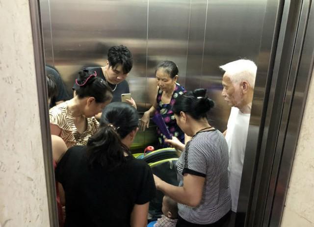 Đến giờ cơm tối, dân Hà Nội xếp hàng dài hứng nước nấu ăn - Ảnh 6.