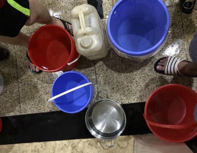 Đến giờ cơm tối, dân Hà Nội xếp hàng dài hứng nước nấu ăn - Ảnh 7.