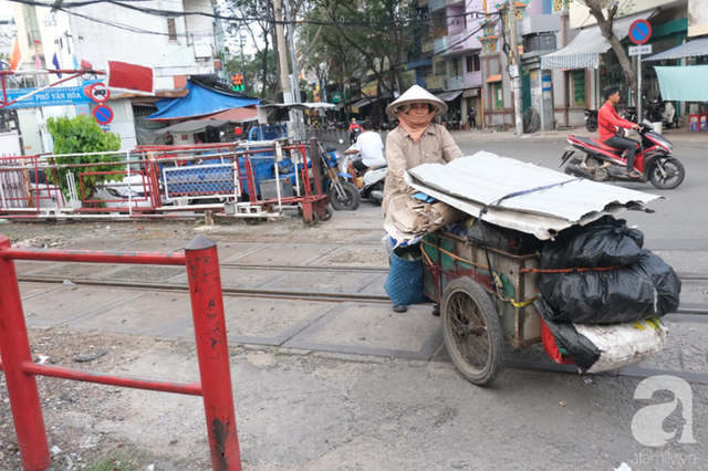 Phố đường Tàu ở Sài Gòn: Hàng rào kiên cố, người dân vui vẻ... trồng rau, nuôi gà, chụp hình sống ảo - Ảnh 11.