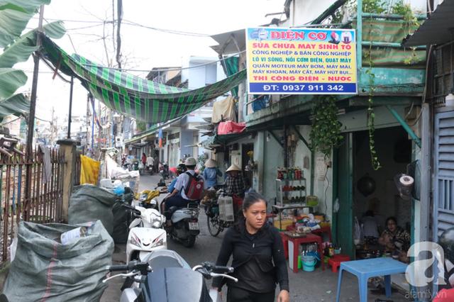 Phố đường Tàu ở Sài Gòn: Hàng rào kiên cố, người dân vui vẻ... trồng rau, nuôi gà, chụp hình sống ảo - Ảnh 13.