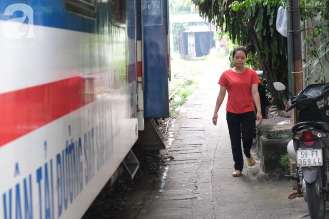 Phố đường Tàu ở Sài Gòn: Hàng rào kiên cố, người dân vui vẻ... trồng rau, nuôi gà, chụp hình sống ảo - Ảnh 14.