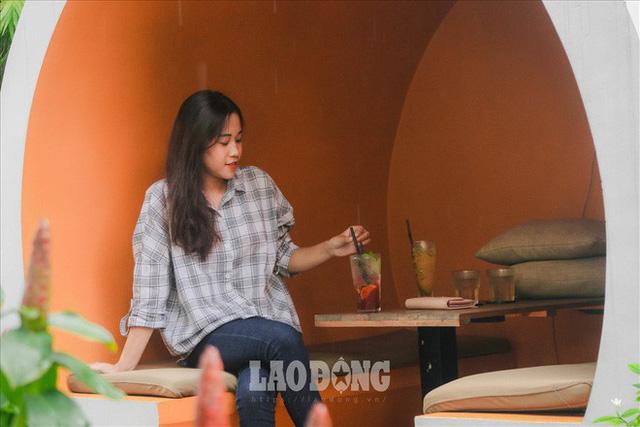 Giới trẻ Sài Gòn khám phá uống cà phê trong... cống - Ảnh 3.