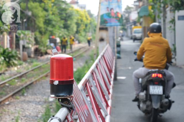 Phố đường Tàu ở Sài Gòn: Hàng rào kiên cố, người dân vui vẻ... trồng rau, nuôi gà, chụp hình sống ảo - Ảnh 3.