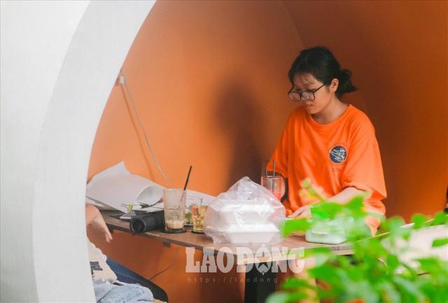 Giới trẻ Sài Gòn khám phá uống cà phê trong... cống - Ảnh 4.