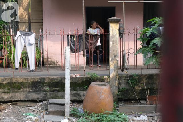 Phố đường Tàu ở Sài Gòn: Hàng rào kiên cố, người dân vui vẻ... trồng rau, nuôi gà, chụp hình sống ảo - Ảnh 4.
