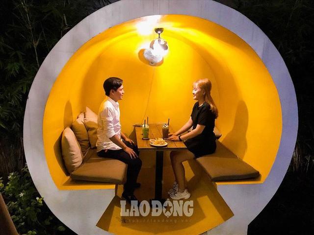 Giới trẻ Sài Gòn khám phá uống cà phê trong... cống - Ảnh 5.