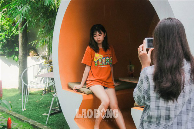 Giới trẻ Sài Gòn khám phá uống cà phê trong... cống - Ảnh 6.