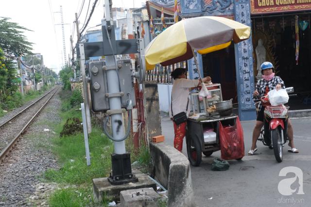 Phố đường Tàu ở Sài Gòn: Hàng rào kiên cố, người dân vui vẻ... trồng rau, nuôi gà, chụp hình sống ảo - Ảnh 6.