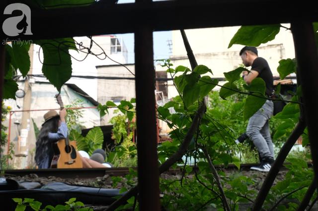 Phố đường Tàu ở Sài Gòn: Hàng rào kiên cố, người dân vui vẻ... trồng rau, nuôi gà, chụp hình sống ảo - Ảnh 7.