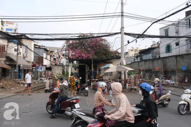 Phố đường Tàu ở Sài Gòn: Hàng rào kiên cố, người dân vui vẻ... trồng rau, nuôi gà, chụp hình sống ảo - Ảnh 8.