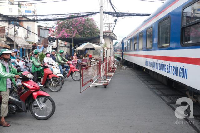 Phố đường Tàu ở Sài Gòn: Hàng rào kiên cố, người dân vui vẻ... trồng rau, nuôi gà, chụp hình sống ảo - Ảnh 9.