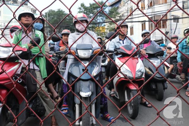 Phố đường Tàu ở Sài Gòn: Hàng rào kiên cố, người dân vui vẻ... trồng rau, nuôi gà, chụp hình sống ảo - Ảnh 10.