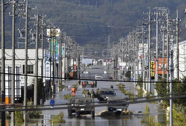 Nhật Bản nỗ lực tìm kiếm người sống sót sau siêu bão Hagibis - Ảnh 1.