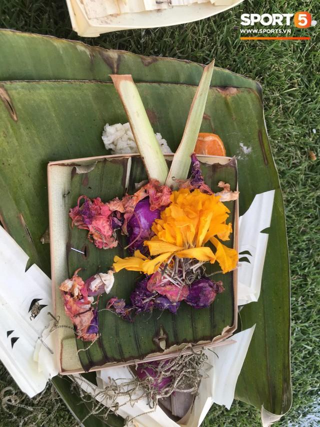 Chủ nhà Indonesia đặt hoa cúng trên sân vận động ngay trước giờ đấu tuyển Việt Nam - Ảnh 1.