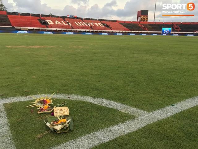 Chủ nhà Indonesia đặt hoa cúng trên sân vận động ngay trước giờ đấu tuyển Việt Nam - Ảnh 3.