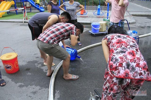 Nước sạch tiếp tế đến khu HH Linh Đàm có mùi tanh, màu lạ - Ảnh 8.