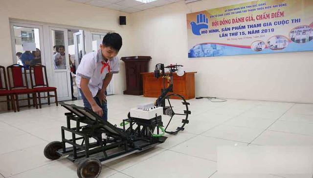 Học sinh trường làng chế tạo máy cấy lúa khiến nhiều người kinh ngạc - Ảnh 2.