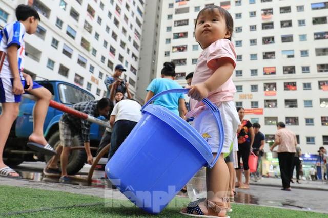 Khủng hoảng nước sạch tại Hà Nội: Khổ như thời bao cấp - Ảnh 1.